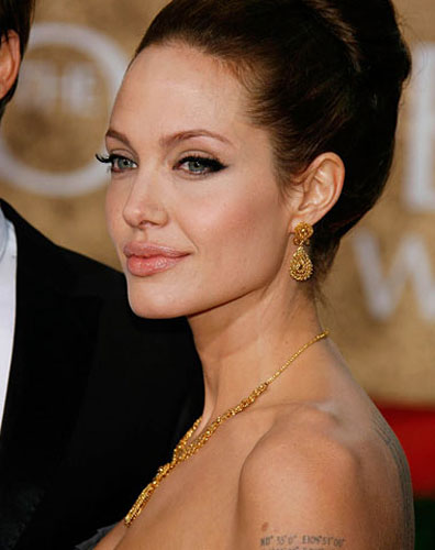 299926_fullsizeimage_angelina-jolie-gold-jewellery-face-closeup.jpgx