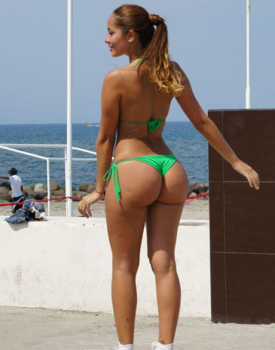 big-butts-in-public-places-33