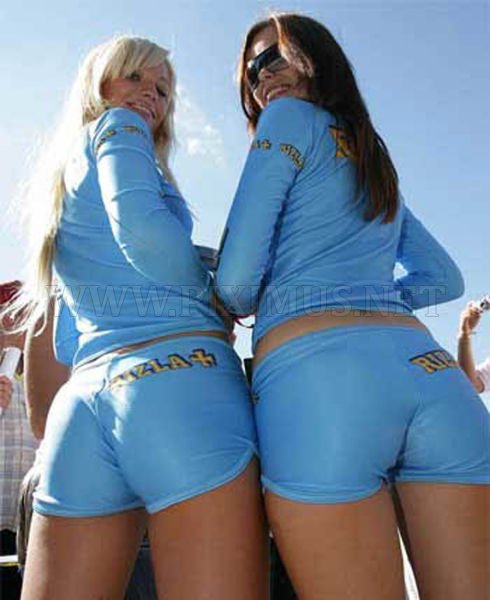 girls-in-small-shorts-skirts-and-tight-pants-40